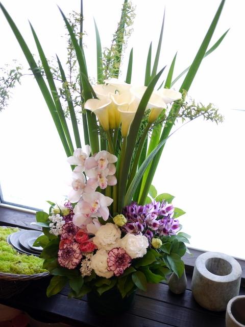 お祖母様の四十九日にアレンジメント。「背高め。淡ピンク~淡紫~大きめの白いお花等」。川沿12条にお届け。2021/02/23。_b0171193_10153157.jpg