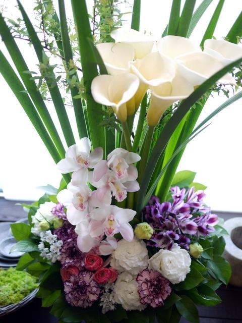 お祖母様の四十九日にアレンジメント。「背高め。淡ピンク~淡紫~大きめの白いお花等」。川沿12条にお届け。2021/02/23。_b0171193_10153167.jpg