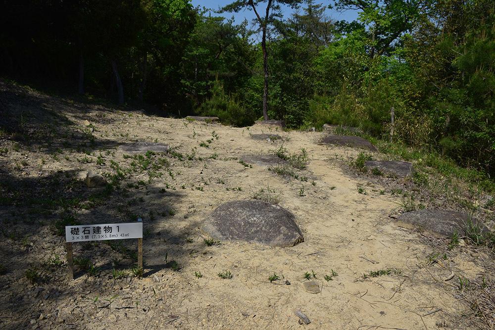 桃太郎伝説の地、鬼ノ城跡を歩く。 その8 <礎石建物群・狼煙場・角楼跡>_e0158128_17452232.jpg