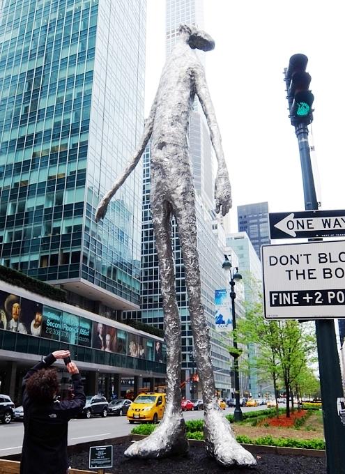 """ロックフェラー・センターに『見上げる』アート、""""Looking Up"""" by Tom Friedman_b0007805_04032456.jpg"""