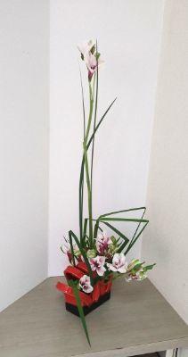赤の変形花器とオクラレルカ_c0165824_20352141.jpg