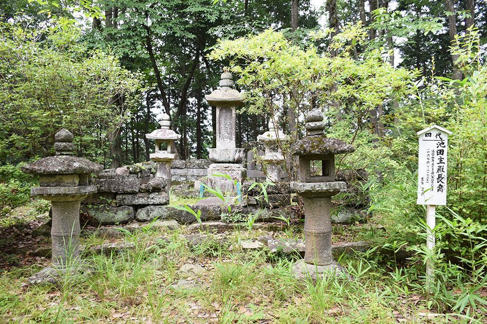 周匝茶臼山城跡を歩く。 その3 <片桐池田家墓所>_e0158128_18402278.jpg