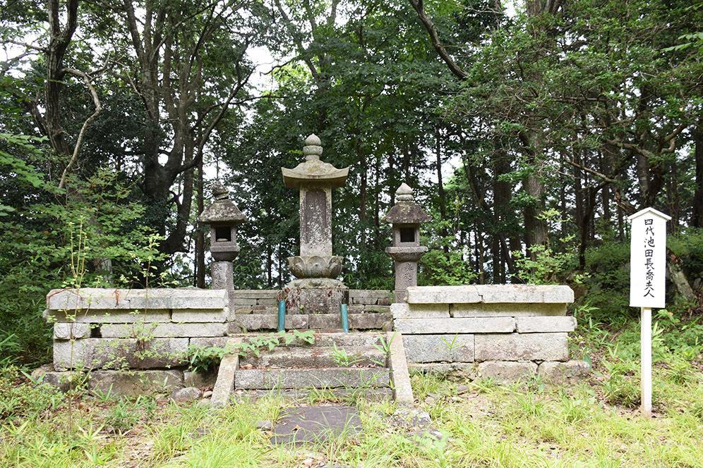 周匝茶臼山城跡を歩く。 その3 <片桐池田家墓所>_e0158128_18412728.jpg