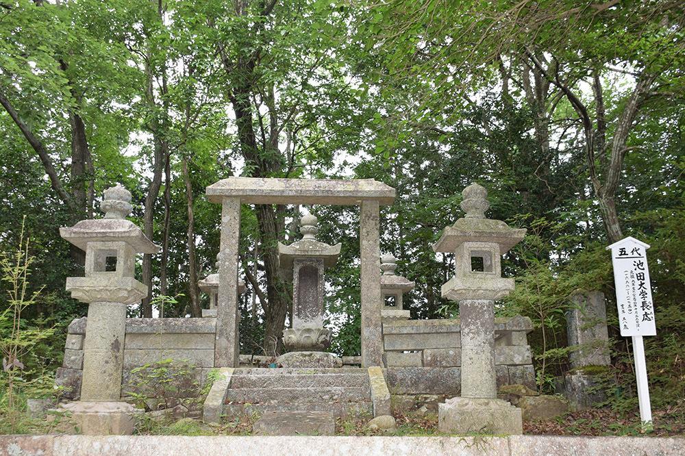 周匝茶臼山城跡を歩く。 その3 <片桐池田家墓所>_e0158128_18452279.jpg