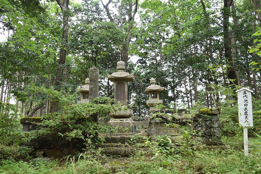 周匝茶臼山城跡を歩く。 その3 <片桐池田家墓所>_e0158128_18453050.jpg