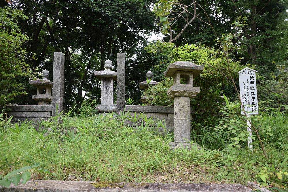 周匝茶臼山城跡を歩く。 その3 <片桐池田家墓所>_e0158128_18481539.jpg