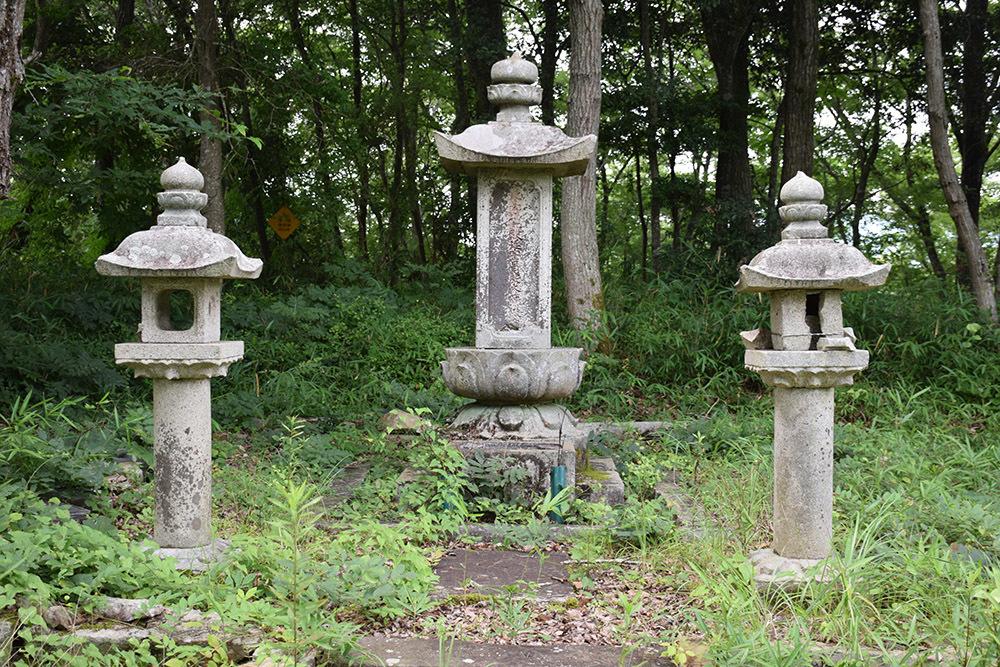 周匝茶臼山城跡を歩く。 その3 <片桐池田家墓所>_e0158128_18512388.jpg