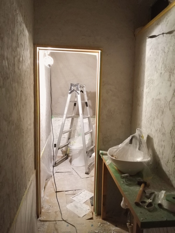 トイレの壁塗り中。_d0180447_21364234.jpg