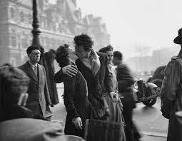 パリ市庁舎前のキス_b0084241_20440363.jpeg
