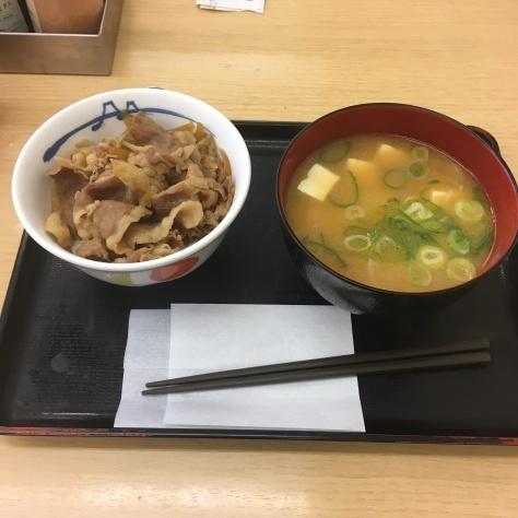 松屋の牛めしミニと豚汁      神戸元町駅店_c0118393_17311005.jpg