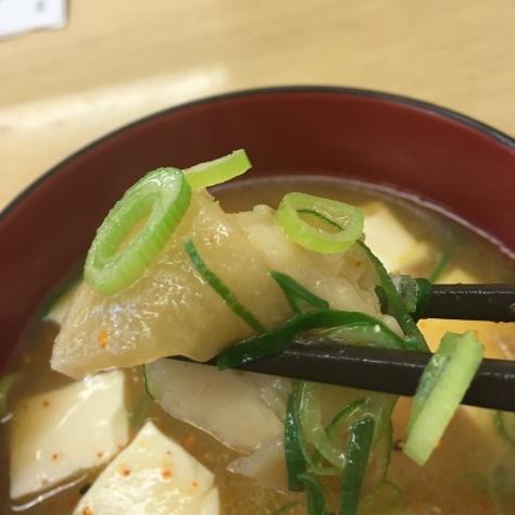 松屋の牛めしミニと豚汁      神戸元町駅店_c0118393_18351012.jpg