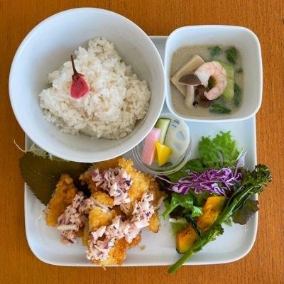 桜ご飯とチキンフライ_b0102217_19135894.jpeg