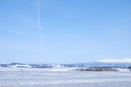 飛行機雲と大雪連峰と~3月の美瑛_d0340565_19261491.jpg
