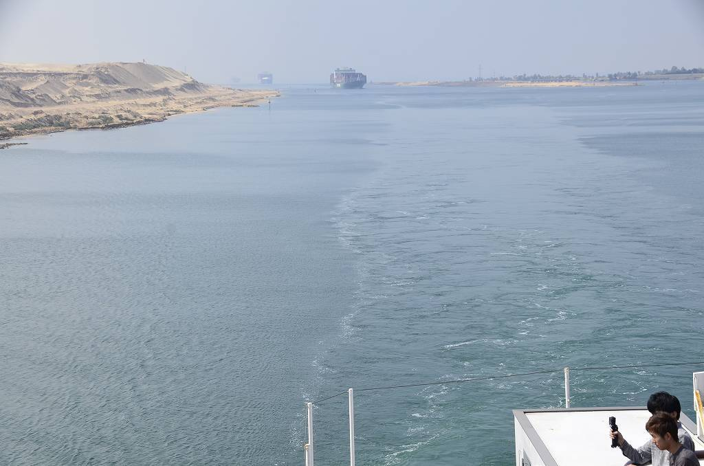 スエズ運河の貨物船が離礁_e0130986_09260370.jpg