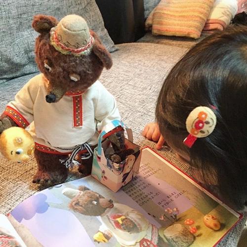 ちいさな女の子と絵本とくまとまんまるパン。_d0077603_11254748.jpg
