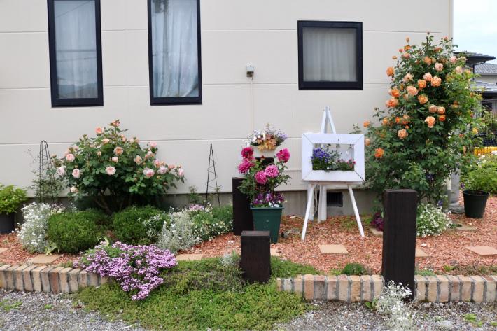 花壇周りを飾る_c0359445_21025964.jpg