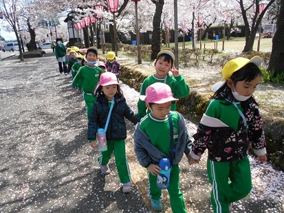 ゆり・すみれ組 お花見に行きました♪_c0212598_16141045.jpg
