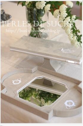 自宅レッスン  ケーキスタンド ティーポットのミラートレイ 丸箱 壁掛け式のマスクホルダー ボンベイの箱_f0199750_21302360.jpg