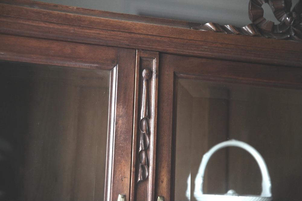 リボンキャビネット キャビネット ガーランド柄 ドレープモチーフ ヤドリギ柄 面取りガラス 3枚扉 フレンチアンティーク_b0179814_09060045.jpeg