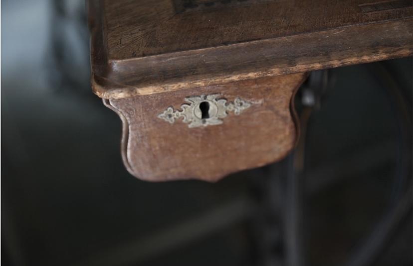 アンティークミシン カバー付き 鍵付き ミシン脚 ATHOS 初出し テーブル ミシン フレンチアンティーク_b0179814_16590552.jpeg