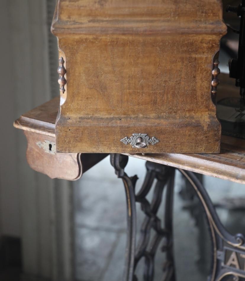 アンティークミシン カバー付き 鍵付き ミシン脚 ATHOS 初出し テーブル ミシン フレンチアンティーク_b0179814_17274032.jpeg