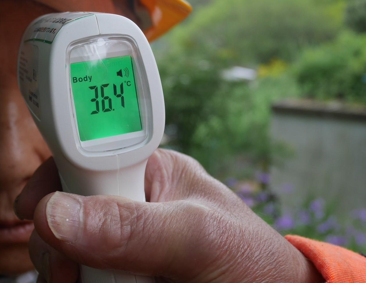 コロナ禍、感染防止で非接触型体温計と消毒液購入_c0014967_15453846.jpg