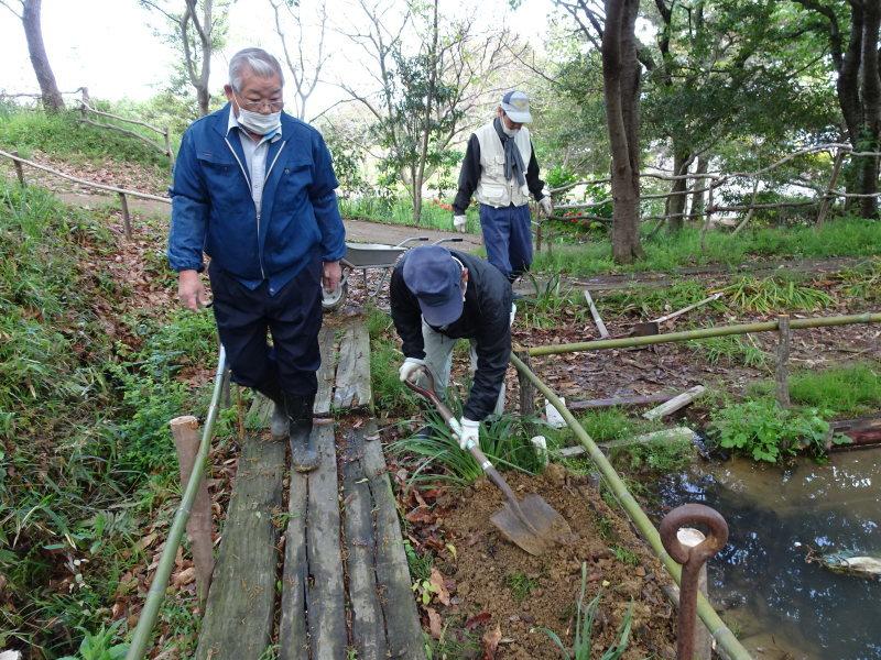 伐採木玉切りと薪置き場整理・・・自由活動日_c0108460_14433251.jpg