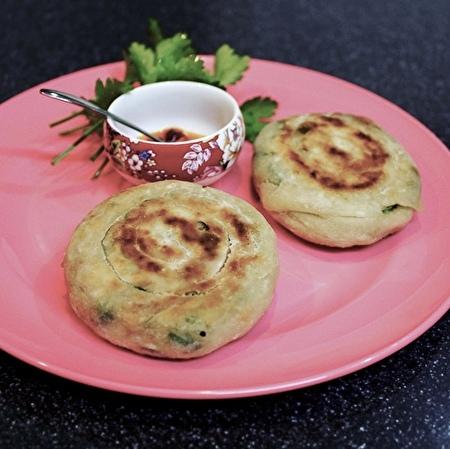フライパンで中華風ネギ餅。材料は小麦粉と万能ネギ、塩とラードだけ。_a0223786_16550486.jpg