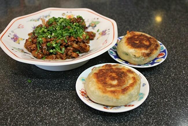 フライパンで中華風ネギ餅。材料は小麦粉と万能ネギ、塩とラードだけ。_a0223786_16563846.jpg