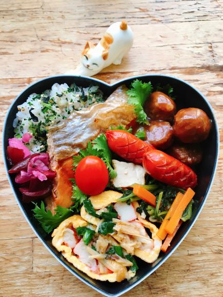 【ふたり弁】とろ銀鮭の甘塩焼きと玉子焼き。週末ヤキソバ。_a0305046_08511253.jpg