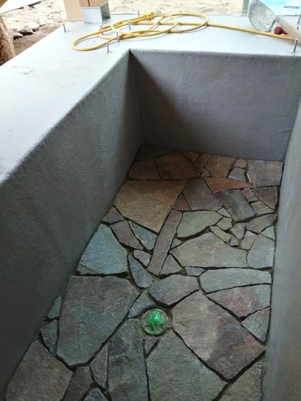 お風呂作り(浴槽に石を敷き終わり!)  それと キッチン床のオイル仕上げ。_d0180447_16585401.jpg