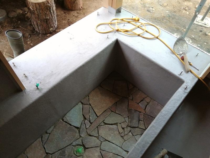 お風呂作り(浴槽に石を敷き終わり!)  それと キッチン床のオイル仕上げ。_d0180447_16591078.jpg
