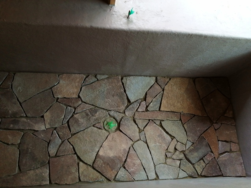 お風呂作り(浴槽に石を敷き終わり!)  それと キッチン床のオイル仕上げ。_d0180447_16592787.jpg