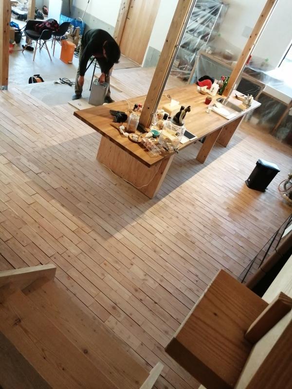 お風呂作り(浴槽に石を敷き終わり!)  それと キッチン床のオイル仕上げ。_d0180447_17001141.jpg