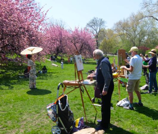 ニューヨークの野外アート・クラス、桜を背景に着物姿の女性を描く_b0007805_02522915.jpg