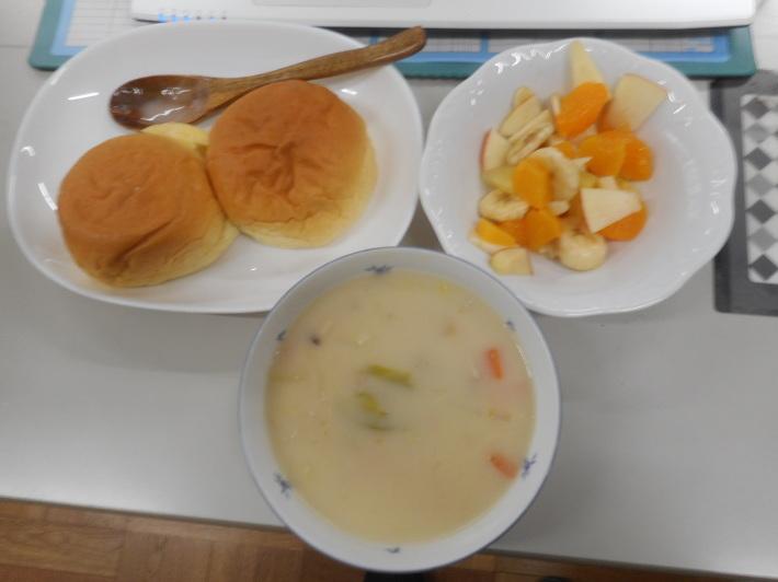 4月28日 今日は給食風景です。パンの給食です。_a0212624_13180567.jpg