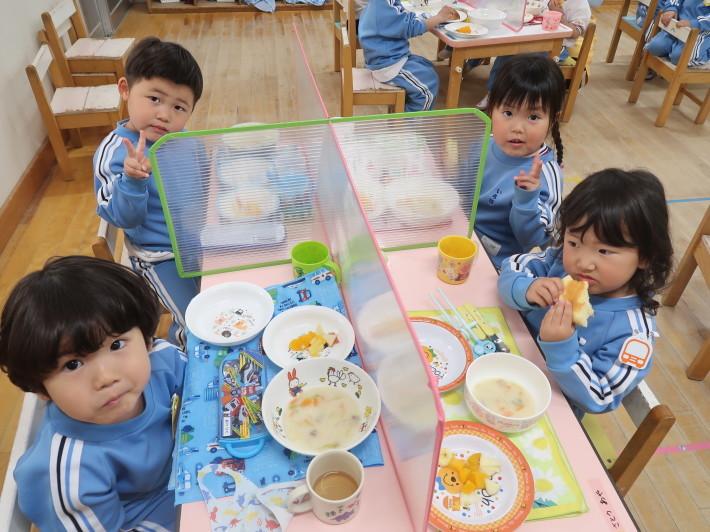 4月28日 今日は給食風景です。パンの給食です。_a0212624_13184034.jpg