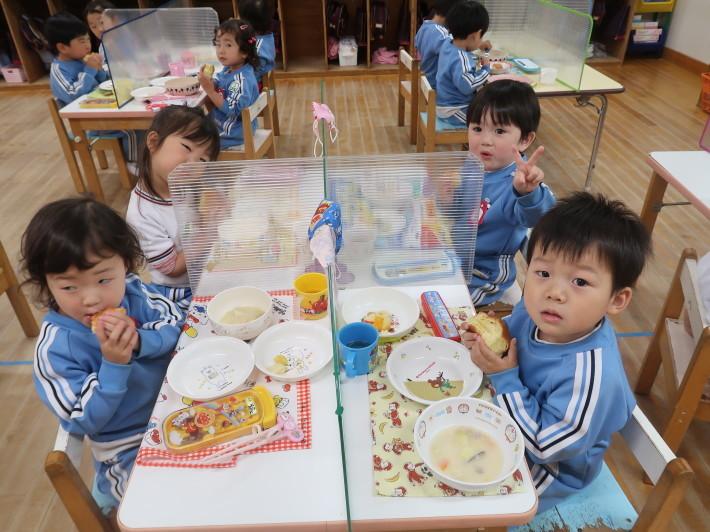 4月28日 今日は給食風景です。パンの給食です。_a0212624_13191136.jpg