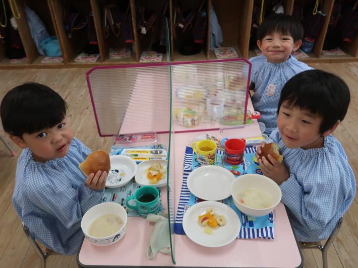 4月28日 今日は給食風景です。パンの給食です。_a0212624_13193639.jpg