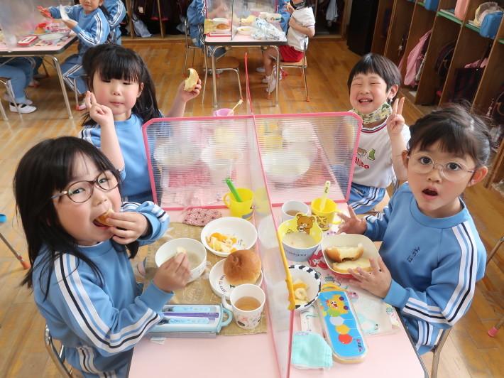 4月28日 今日は給食風景です。パンの給食です。_a0212624_13194298.jpg