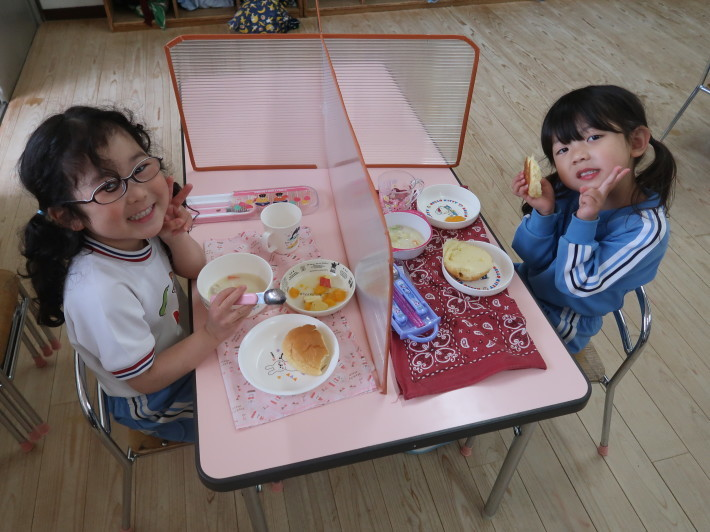4月28日 今日は給食風景です。パンの給食です。_a0212624_13200327.jpg