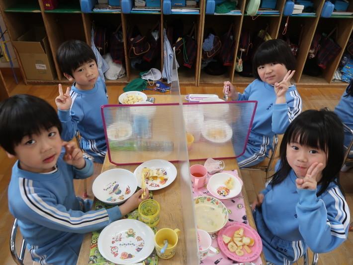 4月28日 今日は給食風景です。パンの給食です。_a0212624_13201846.jpg