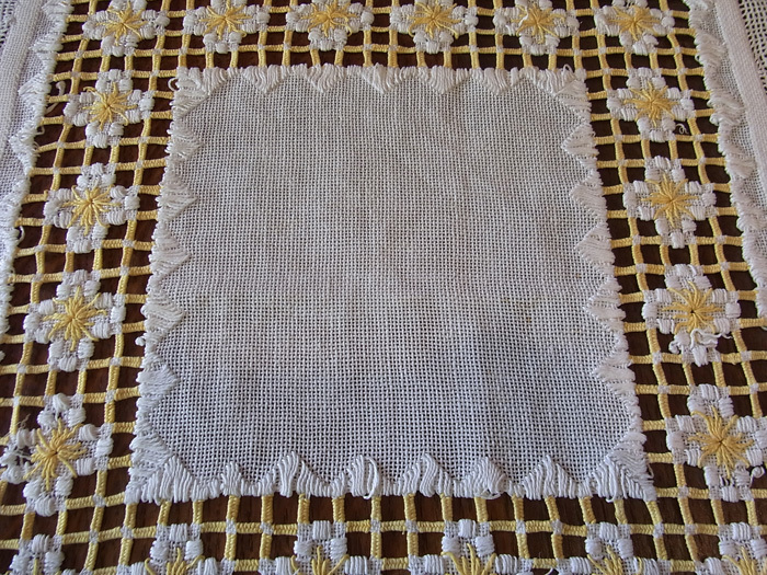 白と黄色の糸が織りなす素敵なクロスです♪_d0127182_16231194.jpg