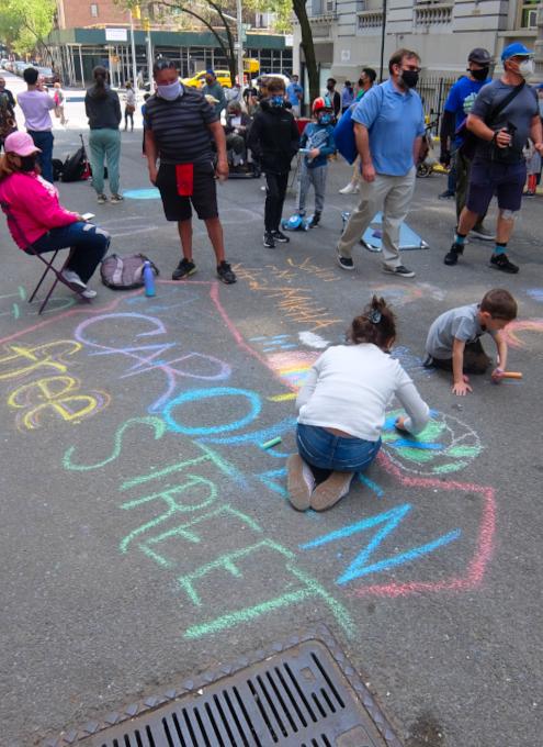 """NYの路上に子どもたちがチョークで描く、""""Our Earth Needs Help""""(私たちの地球は助けが必要です)_b0007805_06572630.jpg"""