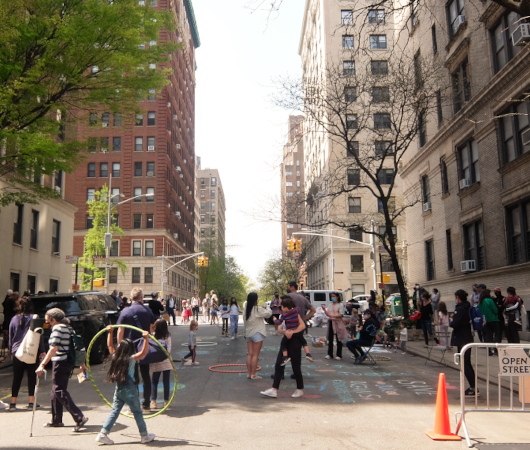 """NYの路上に子どもたちがチョークで描く、""""Our Earth Needs Help""""(私たちの地球は助けが必要です)_b0007805_07054518.jpg"""
