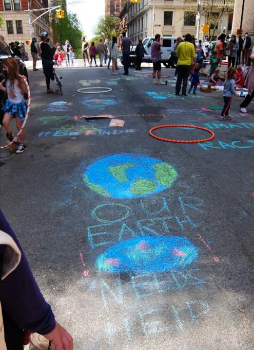 """NYの路上に子どもたちがチョークで描く、""""Our Earth Needs Help""""(私たちの地球は助けが必要です)_b0007805_07062498.jpg"""