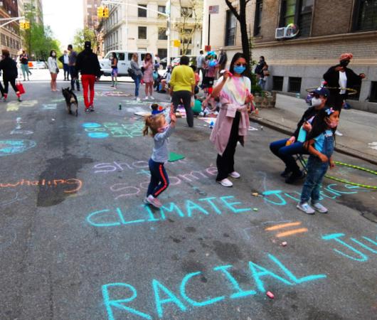 """NYの路上に子どもたちがチョークで描く、""""Our Earth Needs Help""""(私たちの地球は助けが必要です)_b0007805_07142510.jpg"""