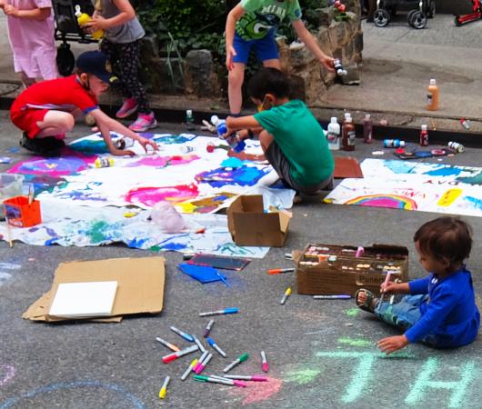 """NYの路上に子どもたちがチョークで描く、""""Our Earth Needs Help""""(私たちの地球は助けが必要です)_b0007805_07161856.jpg"""