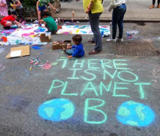 """NYの路上に子どもたちがチョークで描く、""""Our Earth Needs Help""""(私たちの地球は助けが必要です)_b0007805_07172756.jpg"""