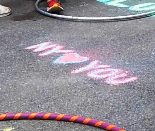 """NYの路上に子どもたちがチョークで描く、""""Our Earth Needs Help""""(私たちの地球は助けが必要です)_b0007805_07184596.jpg"""